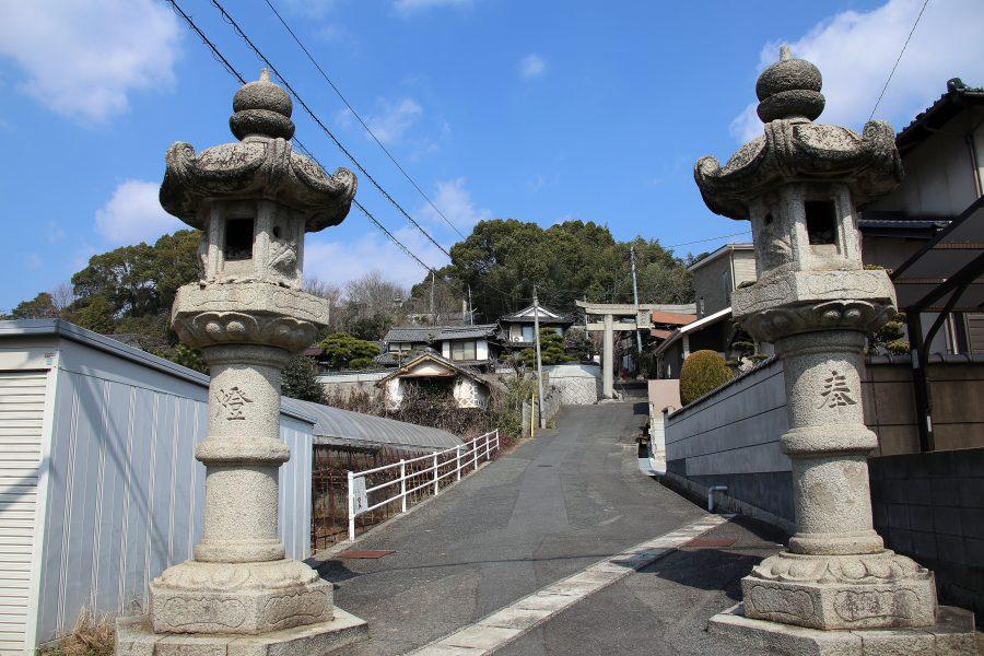 参道の石灯籠