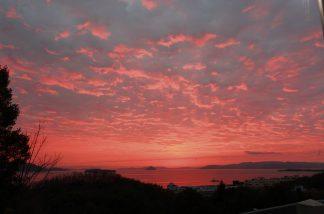 空も海も真っ赤に染まる
